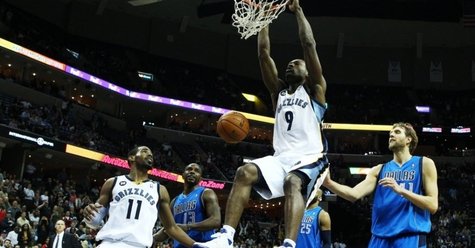 27.fev.2013 - Tony Allen enterra a bola na vitória do Memphis Grizzlies sobre o Dallas Mavericks