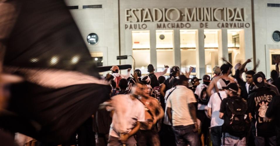 27.fev.2013 - Torcedores do Corinthians acompanham jogo do time do lado de fora do Pacaembu
