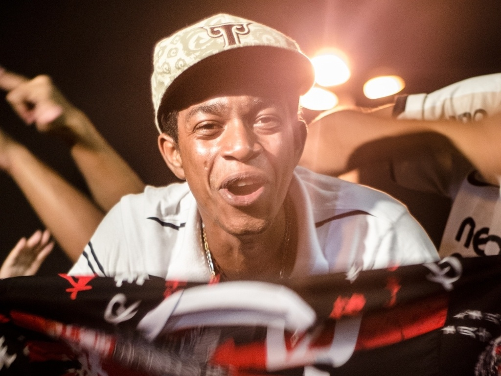 27.fev.2013 - Torcedores do Corinthians acompanham jogo do time do lado de fora do Pacaembu27.fev.2013 - Torcedores do Corinthians acompanham jogo do time do lado de fora do Pacaembu