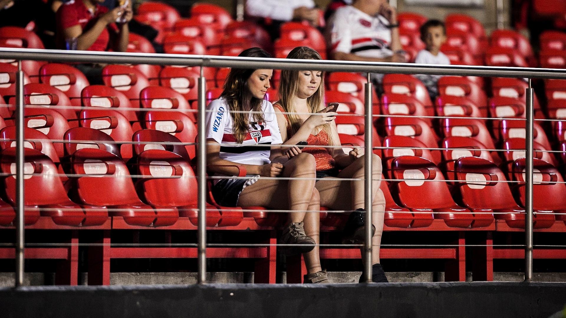 28.fev.2012 - Torcedoras são-paulinas aguardam o início da partida contra o The Strongest, no Morumbi, pela Libertadores da América