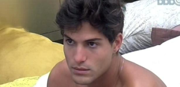 28.fev.2013 - André acorda no quarto do líder e fala para Fernanda que falta apenas um mês para acabar o reality