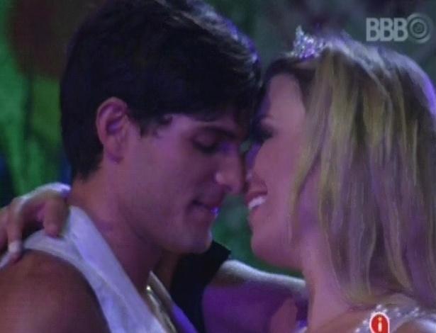 28.fev.2013 - André e Fernanda reatam romance durante a festa