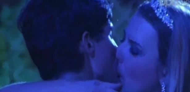 28.fev.2013 - André e Fernanda trocam beijos e retomam relacionamento durante a festa