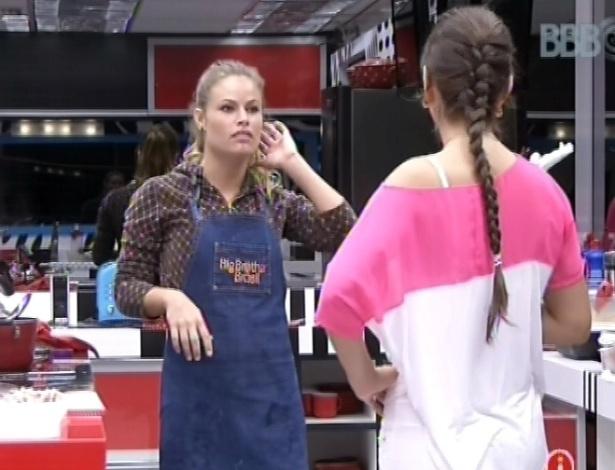 28.fev.2013 - Andressa conversa com Natália sobre volta do relacionamento de André e Fernanda