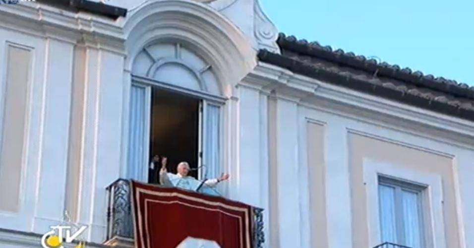 28.fev.2013 - Ao chegar à residência papal de verão de Castel Gandolfo, Bento 16 agradeceu da sacada de seus aposentos à multidão de fiéis que foi até o local recepcioná-lo.