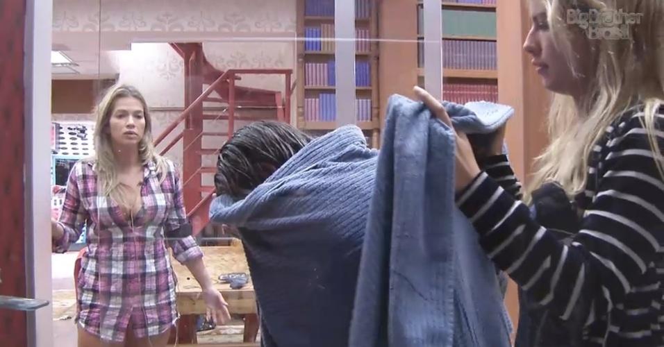 28.fev.2013 - Chorando, Anamara é consolada por Fani e por Fernanda