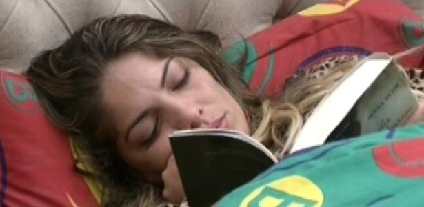 28.fev.2013 - Enquanto outros brothers dormem, Anamara lê um livro em sua cama no quarto biblioteca