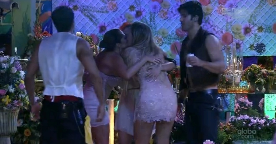 28.fev.2013 - Fani, Kamilla e Fernanda protagonizam beijo triplo na festa