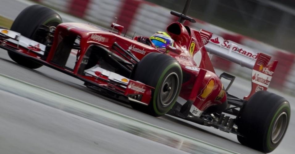 28.fev.2013 - Felipe Massa andou bem com sua Ferrari no asfalto molhado do circuito de Barcelona