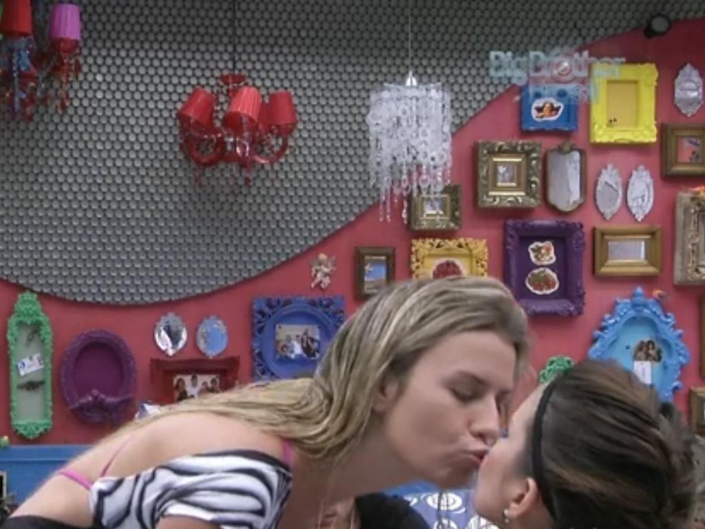 28.fev.2013 - Fernanda e Kamilla dão um selinho na frente de André