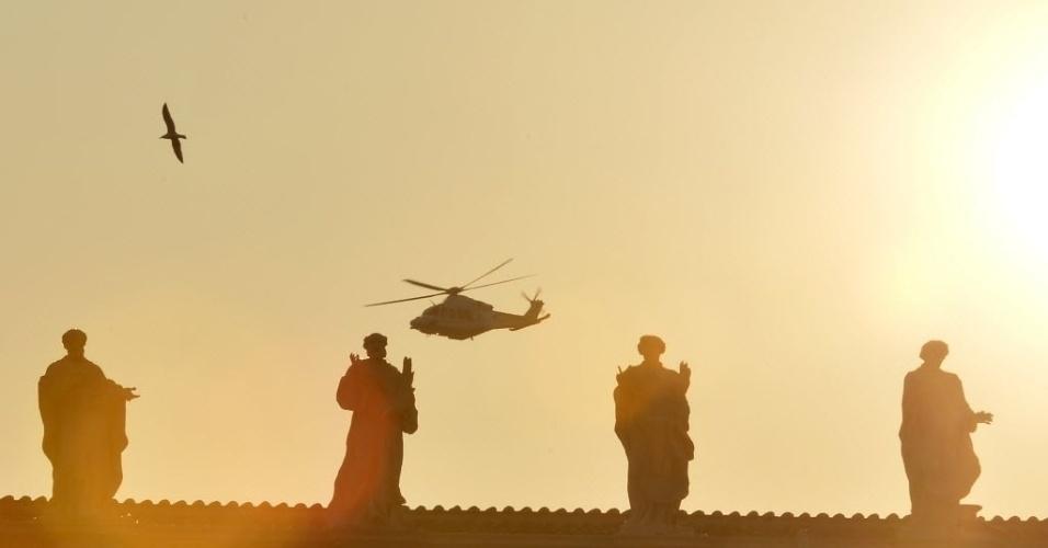28.fev.2013 - Helicóptero com o papa emérito Bento 16 a bordo deixa a praça de São Pedro, no Vaticano. Ele irá para a residência papal de verão, onde ficará até seu poder como Sumo Pontífice formalmente expirar, às 19h