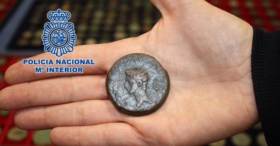 """28.fev.2013 - Imagem divulgada pela polícia espanhola mostra antiga moeda romana, considerada """"única no mundo, que havia sido roubada em abril de 2012. A raridade da época do imperador Augusto (27 a.C - 14 d.C), que foi arrematada em leilão de 2002 por 30 mil euros (cerca de R$ 59,2 mil), foi recuperada com outros pertences do colecionador, como 866 moedas ibero-romanas e joias valiosas, em uma casa de leilões em Barcelona e em um estabelecimento de compra e venda de ouro em Madri"""