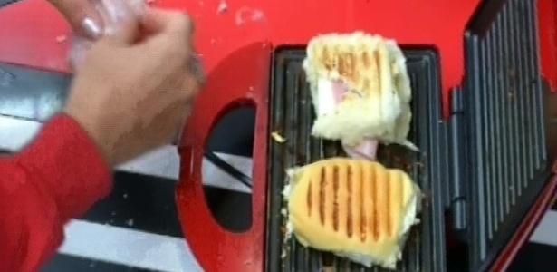 28.fev.2013 - Kamilla prepara duas torradas com presunto e queijo nesta manhã