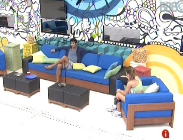28.fev.2013 - Marcello conta para Natália sobre o seu problema no joelho, que o impede de fazer movimentos aeróbicos fortes