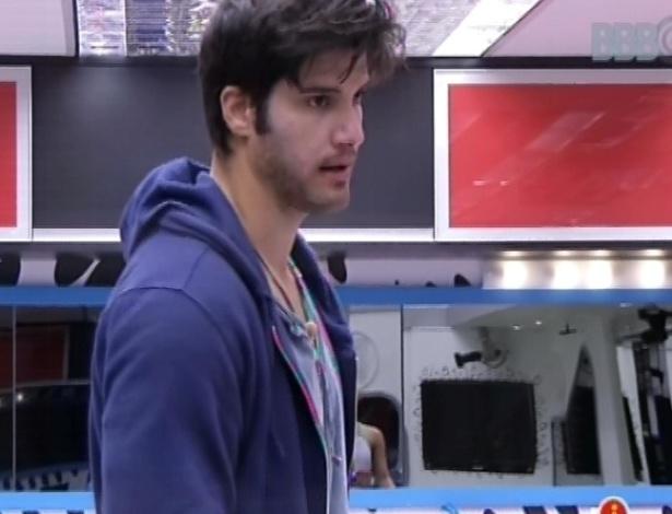 28.fev.2013 - Marcello conversa com Natália na cozinha da casa grande. Os dois são os únicos acordados nesta manhã