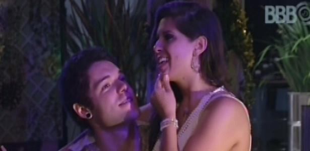 28.fev.2013 - Nasser e Andressa conversam durante a festa