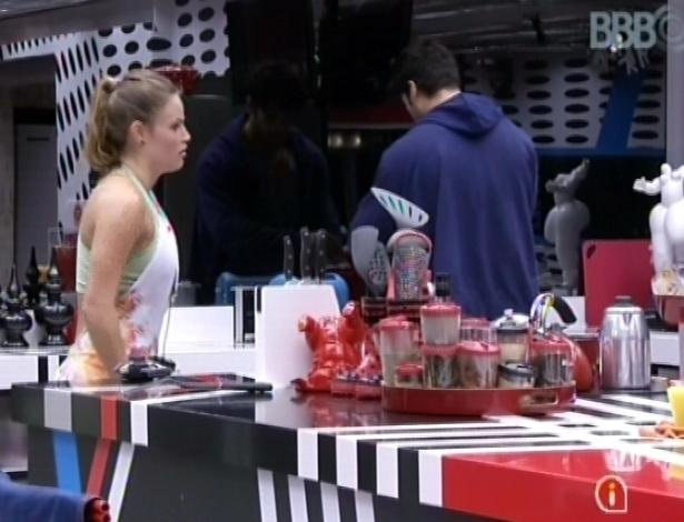 28.fev.2013 - Natália e Marcello conversam, na cozinha da csa grande, sobre a festa que aconteceu nesta madrugada