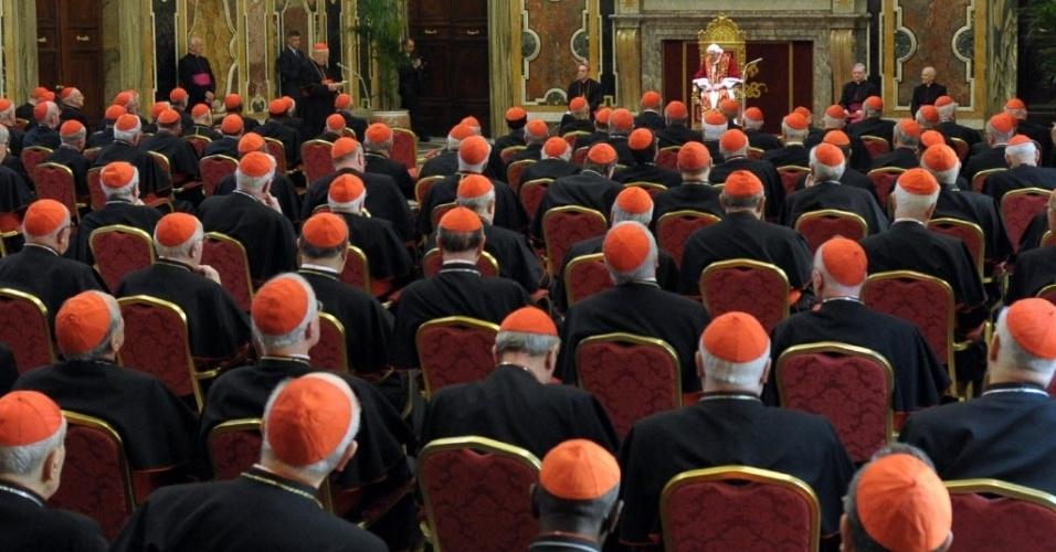 28.fev.2013 - Papa Bento 16 (ao fundo, no centro) fala a cardeais no Salão Clementino do Vaticano, nesta quinta-feira (28). No último dia de seu pontificado, o Sumo Pontífice pediu à Igreja Católica que se una em torno do seu sucessor, a quem prometeu obediência
