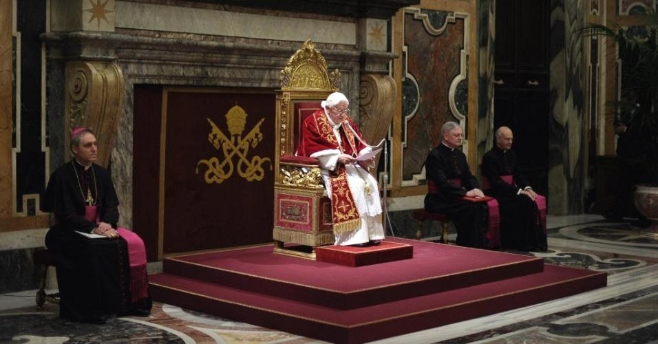 28.fev.2013 - Papa Bento 16 (centro) fala a cardeais no Salão Clementino do Vaticano, nesta quinta-feira (28). No último dia de seu pontificado, o Sumo Pontífice pediu à Igreja Católica que se una em torno do seu sucessor, a quem prometeu obediência