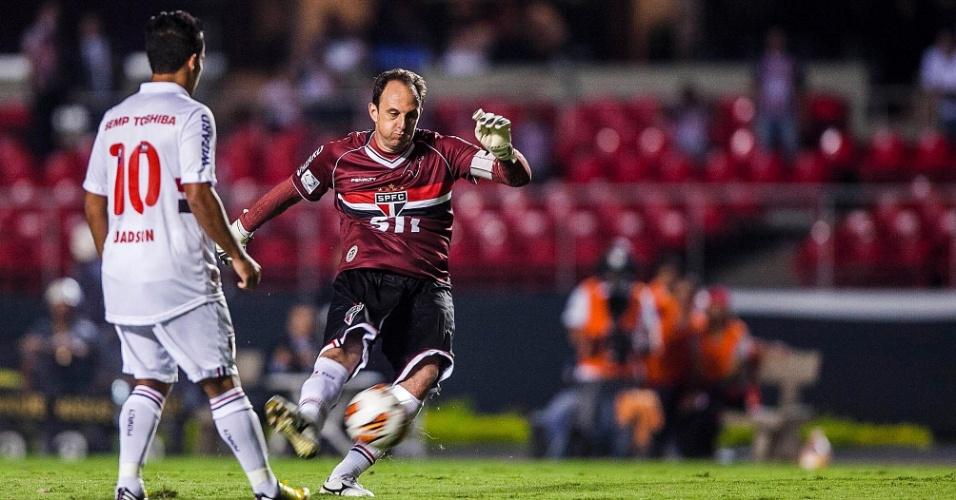 28.fev.2013 - Rogério Ceni, goleiro do São Paulo, cobra falta no começo da partida contra o The Strongest, no Morumbi