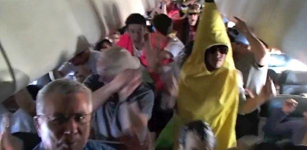 Estudante da Faculdade do Colorado vestido de ´´banana´´ dança Harlem Shake em voo nos EUA