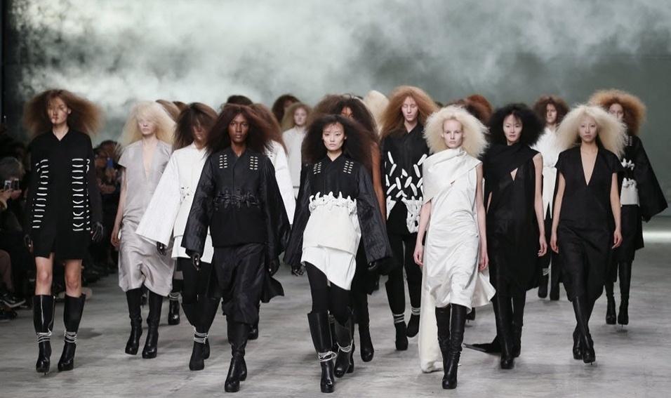 Modelos apresentam looks de Rick Owens para o Inverno 2013 durante a semana de moda de Paris (28/02/2013)