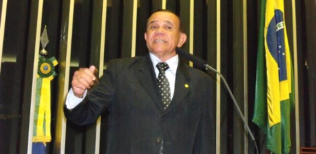 """O deputado federal Francisco Escórcio (PMDB-MA) discursa no plenário. Segundo ele, vai faltar dinheiro para """"caixões e passagens"""" com fim do 14º e 15º salário"""