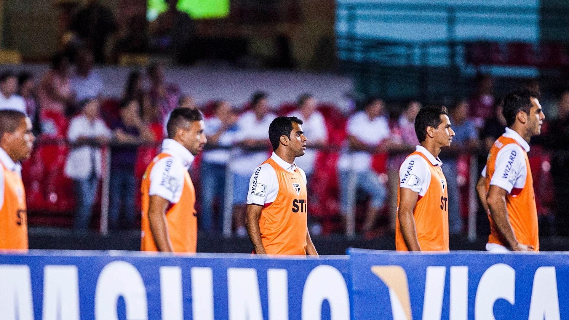 Paulo Henrique Ganso aquece juntamente aos outros reservas do São Paulo durante a partida contra o The Strongest