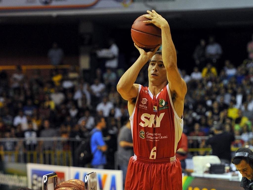 01.mar.2013 - Armador Matheus, do Basquete Cearense, arremessa durante o Torneio dos Três Pontos