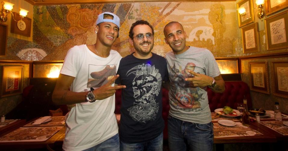 01.mar.2013 - Neymar e Emerson Sheik ao lado de Isaac Azar, dono do Paris 6