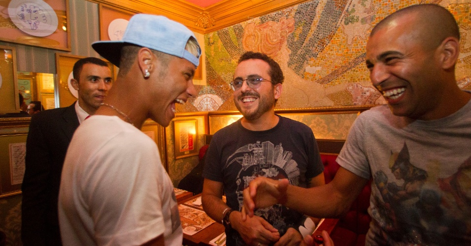 01.mar.2013 - Neymar e Emerson Sheik conversam durante encontro em restaurante de São Paulo