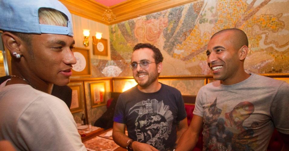 01.mar.2013- Emerson Sheik e Neymar se encontram em restaurante de São Paulo