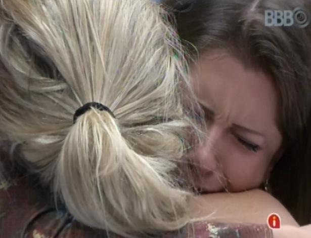 1º.mar.2013 - Andressa e Fernanda choram e se abraçam