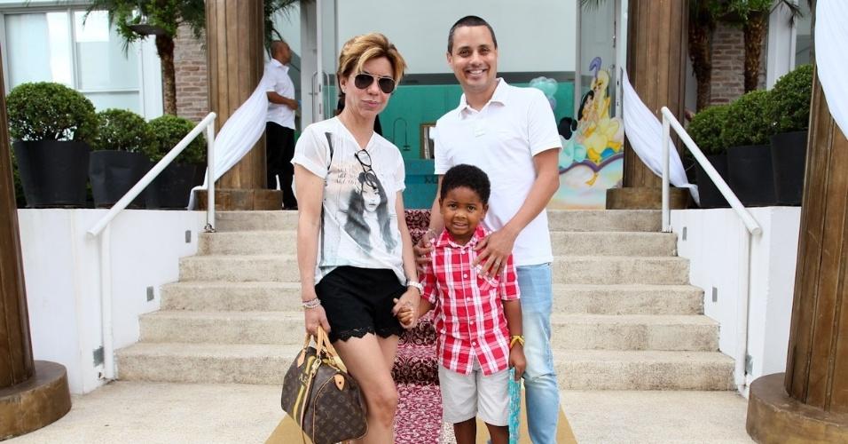 1.mar.2013 - Astrid Fontenelle prestigiou a festa de aniversário de Maria Eduarda, filha de Eduardo Guedes, em São Paulo. Astrid estava acompanhada do marido, Franco, e do filho, Gabriel