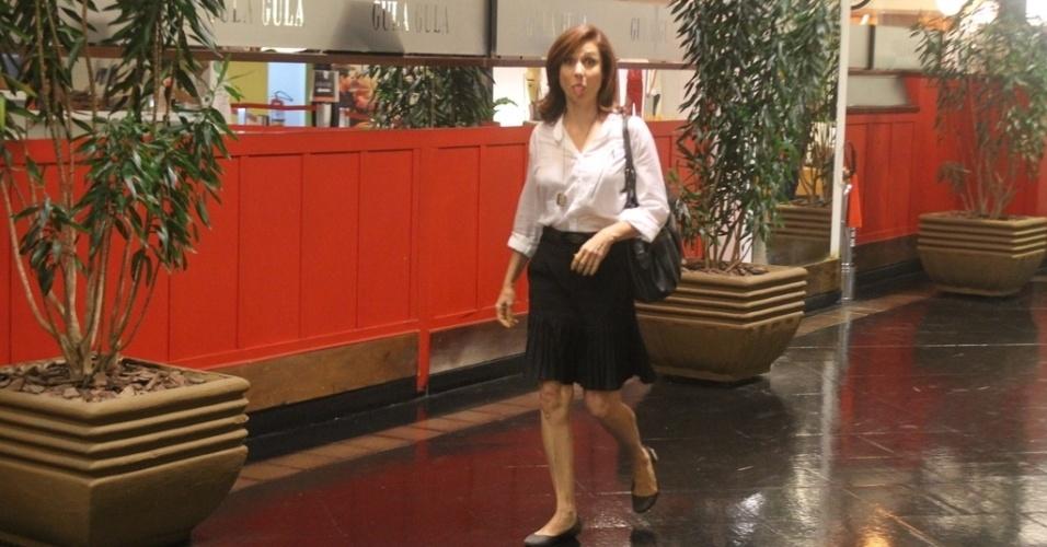 1.mar.2013 - Durante passeio em shopping, Zezé Polessa brincou mostrando a língua para o paparazzo