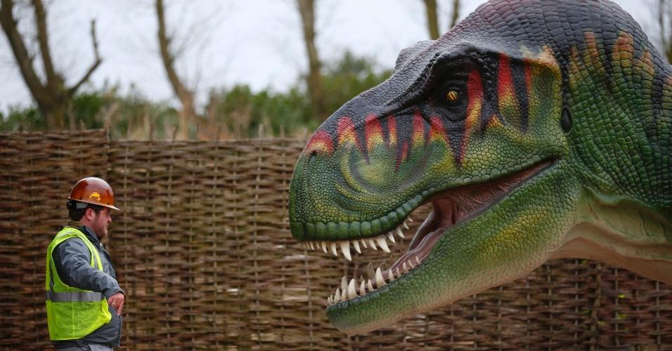 1.mar.2013 - Homem dá instruções para o transporte de uma réplica de Tiranossauro Rex no zoológico Twycross, na cidade de Atherstone, no centro da Inglaterra. O zoo abrirá uma exposição sobre dinossauros nos próximos dias