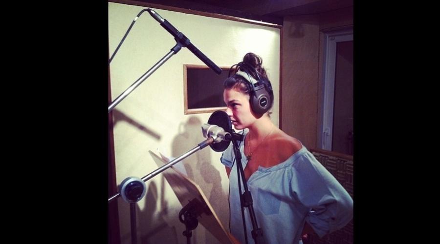 1.mar.2013 - Isis Valverde gravou em um estúdio para a finalização do filme