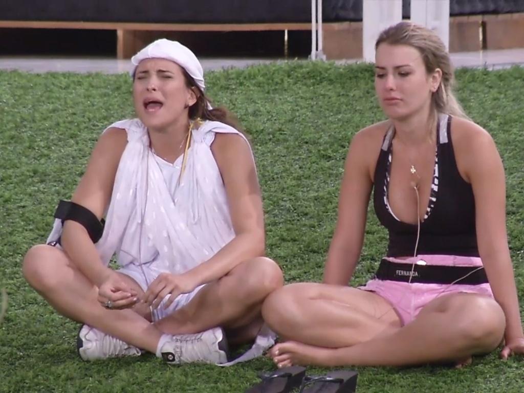 1º.mar.2013 - Kamilla e Fernanda repassam os acontecimentos da noite de sexta