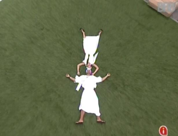 1°.mar.2013 - Marcello e Kamilla, vestidos de estátua por causa do castigo do monstro, deitam no chão juntos