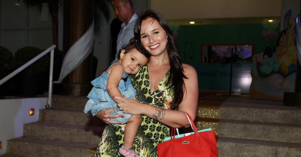 1.mar.2013 - Mariana Belém prestigiou a festa de aniversário de Maria Eduarda, filha de Eduardo Guedes, em São Paulo. Mariana estava acompanhada da filha, Laura