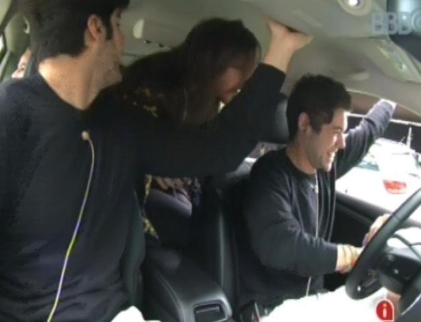 1°.mar.2013 - Nasser entra no carro que ganhou por causa da prova do anjo e comemora