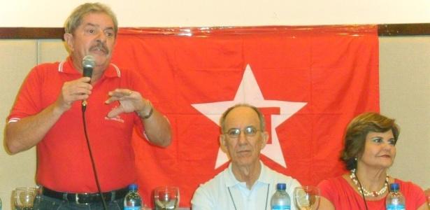 O ex-presidente Lula (à esq.) fala a militantes no Diretório Nacional do PT, em Fotaleza