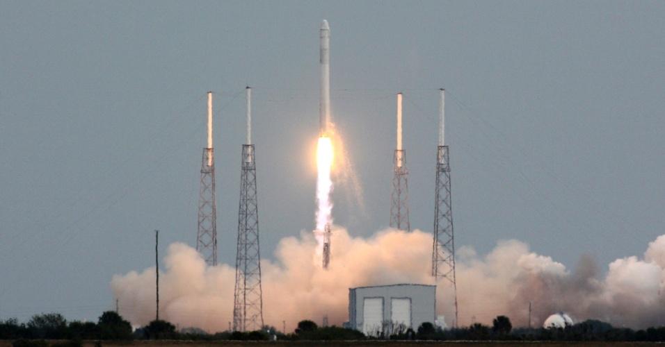 1.mar.2013 - O foguete Falcon 9 decola de base aérea no Cabo Canaveral, na Flórida (EUA), nesta sexta-feira (1º), com a cápsula Dragon a bordo. A cápsula não tripulada fará o segundo reabastecimento da Estação Espacial Internacional (ISS), que orbita a Terra a cerca de 385 quilômetros