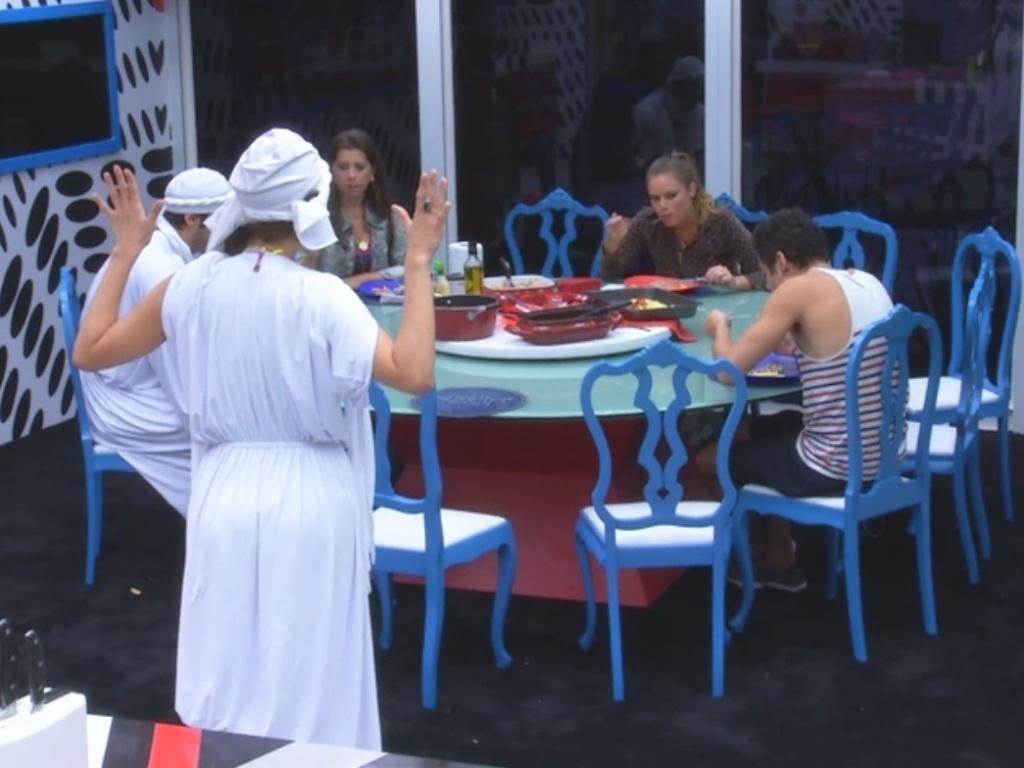 1º.mar.2013 - Sinal do monstro toca no meio do almoço fazendo Kamilla e Marcello ficarem paralizados