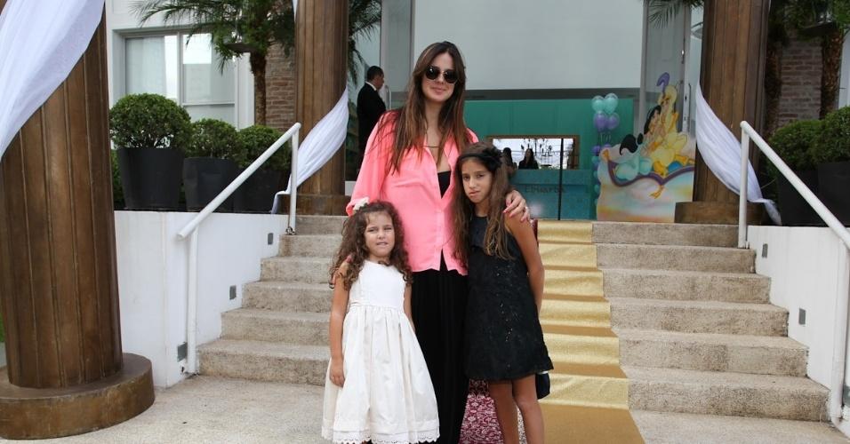 1.mar.2013 - Vera Viel prestigiou a festa de aniversário de Maria Eduarda, filha de Eduardo Guedes, em São Paulo
