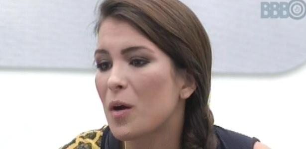 1°.mar.2013 - Kamilla fala mal de Anamara para Fernanda e André