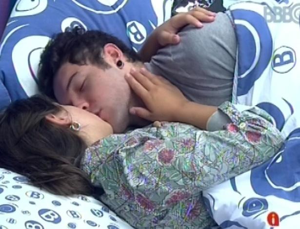 1°.março.2013 - No mesmo quarto que Natália e Marcello, Andressa e Nasser se beijam e trocam carinhos na cama