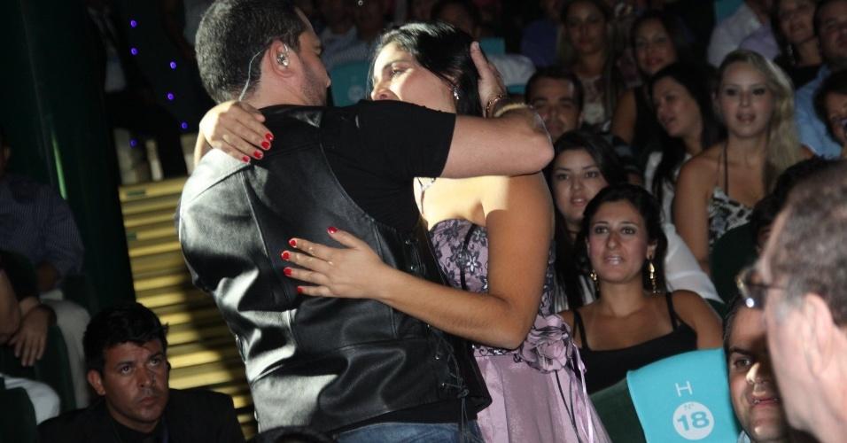 28.fev. Fã recebe carinho de Luciano durante a apresentação da dupla no cruzeiro