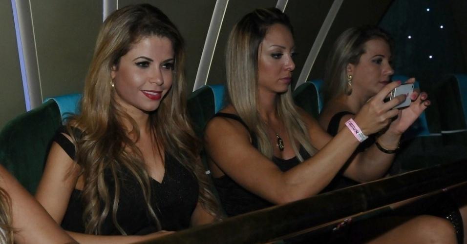 28.fev.2013 - A ex-BBB Cacau Colucci assistiu ao show da dupla no cruzeiro