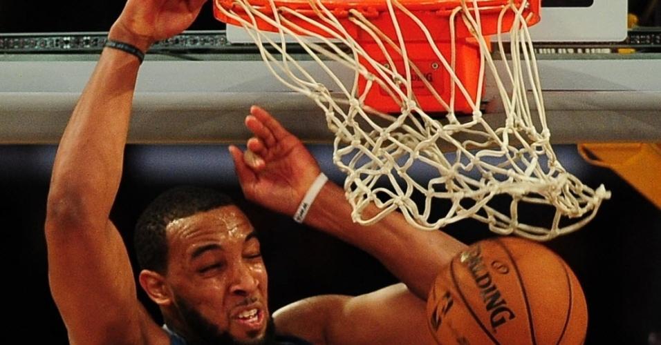 28.fev.2013 - Derrick Williams crava a bola na partida entre Timberwolves e Lakers; os Wolves saíram derrotados